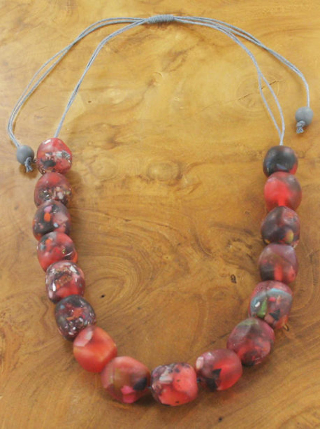 Suzie Blue - Adjustable resin bead necklace - Red tones