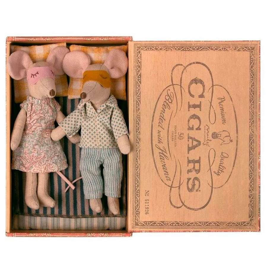 Maileg- mum & dad in a cigar box with bed linen